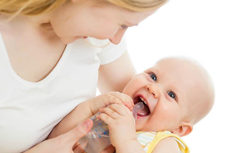 Ccho trẻ uống nhiều nước kể cả nước ép trái cây, nước lọc...