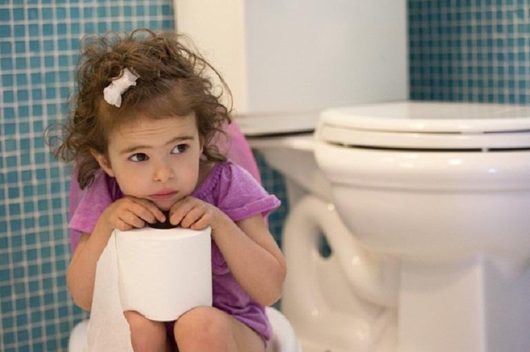 Táo bón kéo dài là triệu chứng điển hình của phình đại tràng ở trẻ