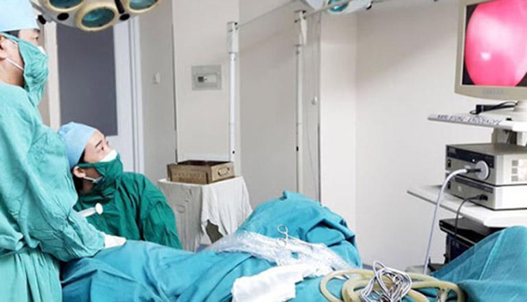 Phẫu thuật ngoại khoa chỉ áp dụng cho những trường hợp bệnh nặng, điều trị nội khoa không hiệu quả