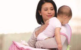 Vỗ nhẹ lưng để bé ợ hơi, giảm trào ngược dạ dày