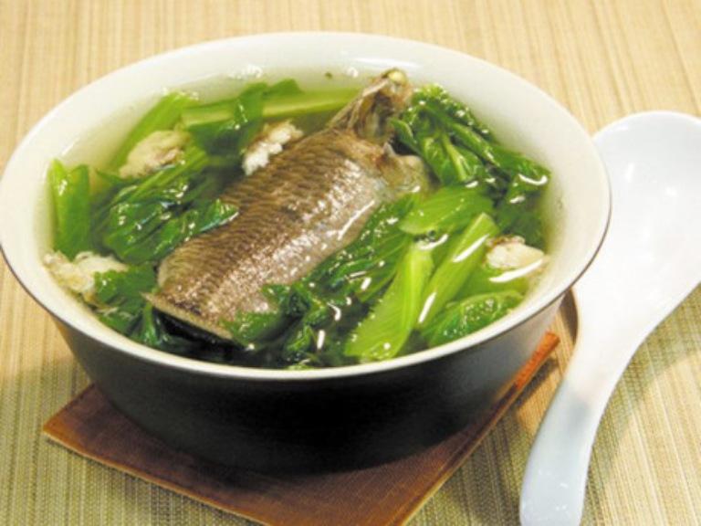 Cải xanh nấu cá rô đồng là món ăn giúp bổ sung dưỡng chất cần thiết cho người bị gout