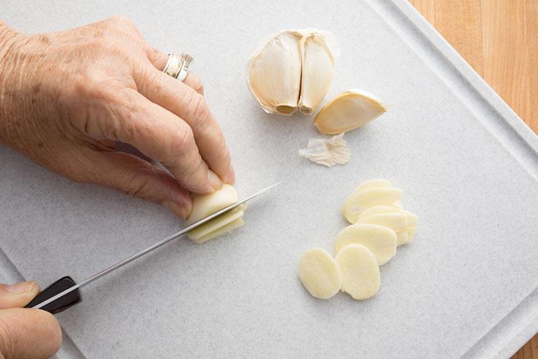 chữa nấm móng tay bằng tỏi