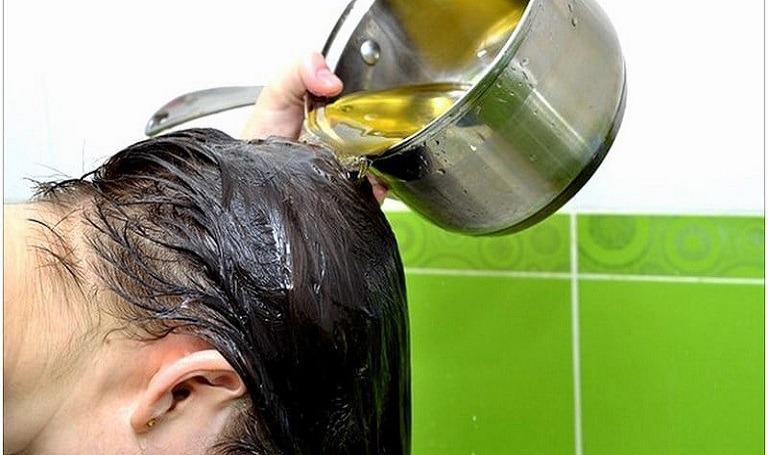 Thấm nước cỏ mần trầu lên da đầu hạn chế rụng tóc