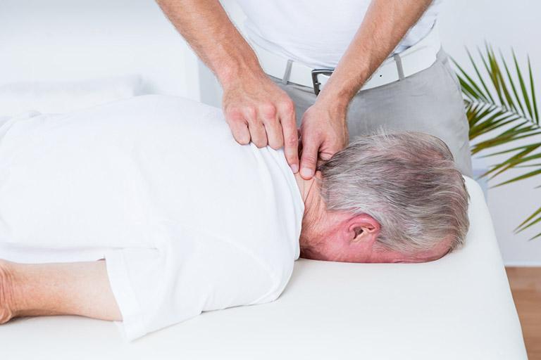 đau cứng cổ và cách điều trị