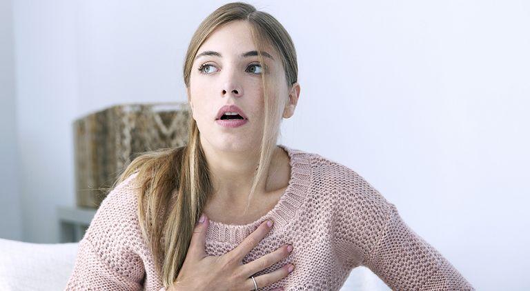 Đau dạ dày khó thở là do đâu? Triệu chứng cảnh báo bệnh lý nguy hiểm