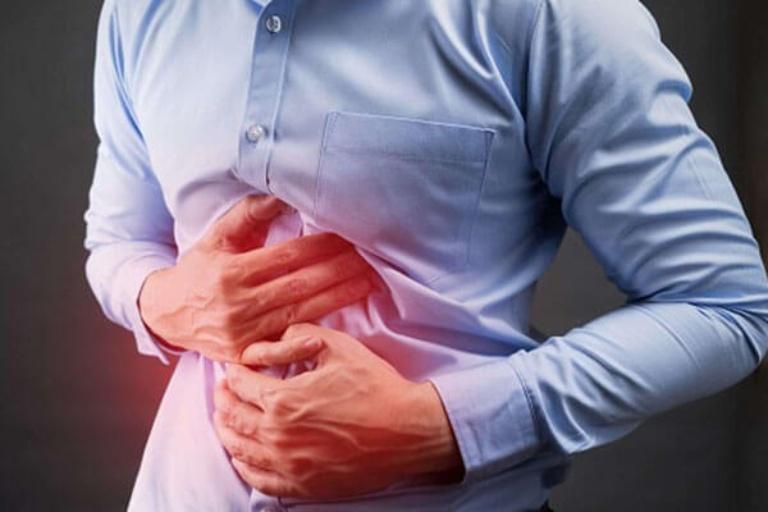 Đau thượng vị gây ra các cơn đau tức âm ỉ khiến người bệnh cảm thấy rất khó chịu
