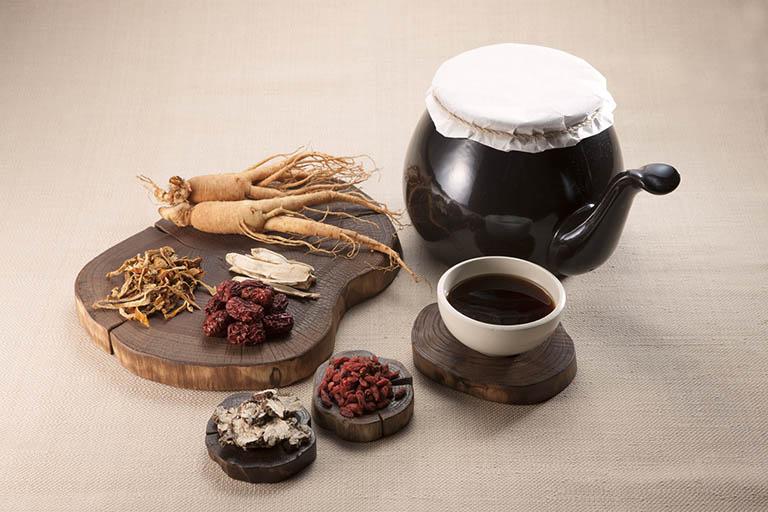 Ngoài công dụng cải thiện các triệu chứng của bệnh viêm cột sống dính khớp, các bài thuốc uống Đông y còn có tác dụng giải độc, thanh nhiệt