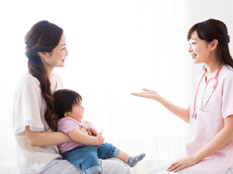 Bác sĩ sẽ thăm khám, căn cứ nhiều yếu tố để đưa ra phương pháp điều trị viêm đại tràng ở trẻ