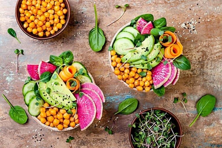 Chế độ dinh dưỡng đầy đủ và bổ sung nhiều loại rau củ quả tươi tốt cho bệnh nhân sau mổ thoát vị đĩa đệm.