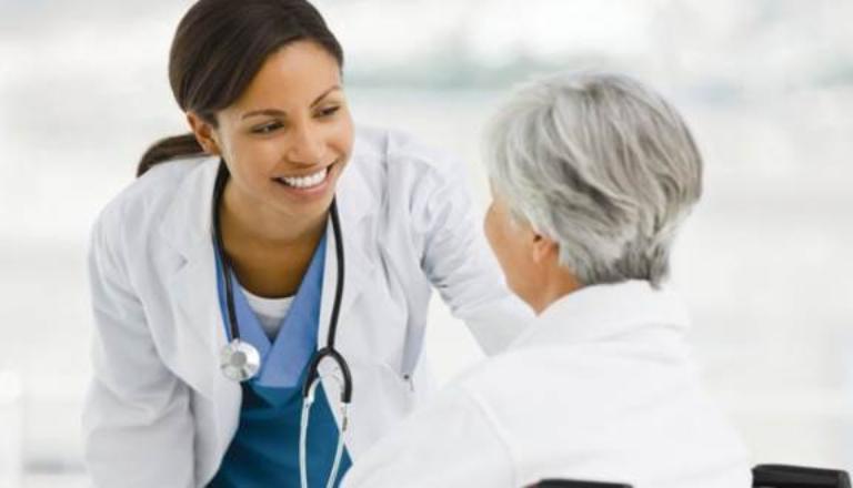 Khi bị gout bạn nên đến gặp bác sĩ chuyên khoa tiến hành thăm khám và hướng dẫn điều trị