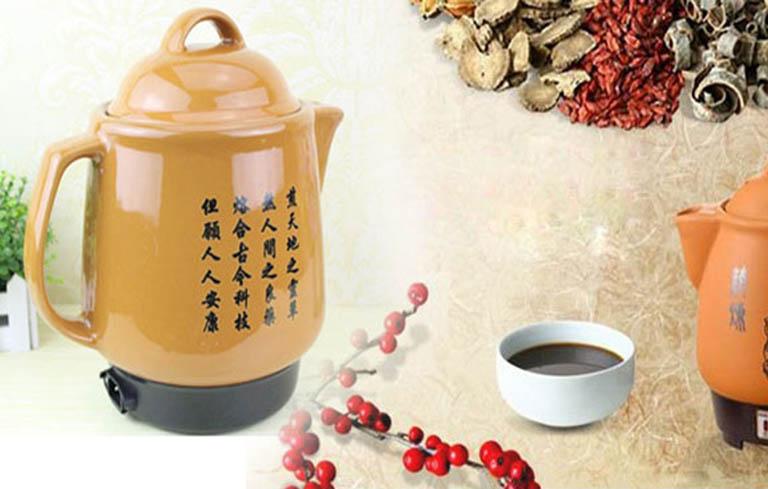 Khi sắc thuốc, bạn nên sử dụng ấm sứ, ấm đất nung và sắc bằng nước sạch