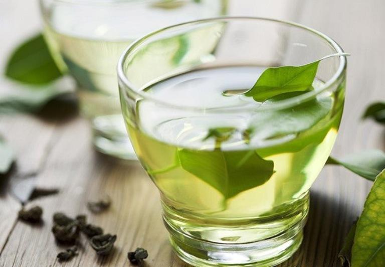 Uống nước lá chè tươi để hỗ trợ cải thiện tình trạng ngứa ngoài da từ bên trong