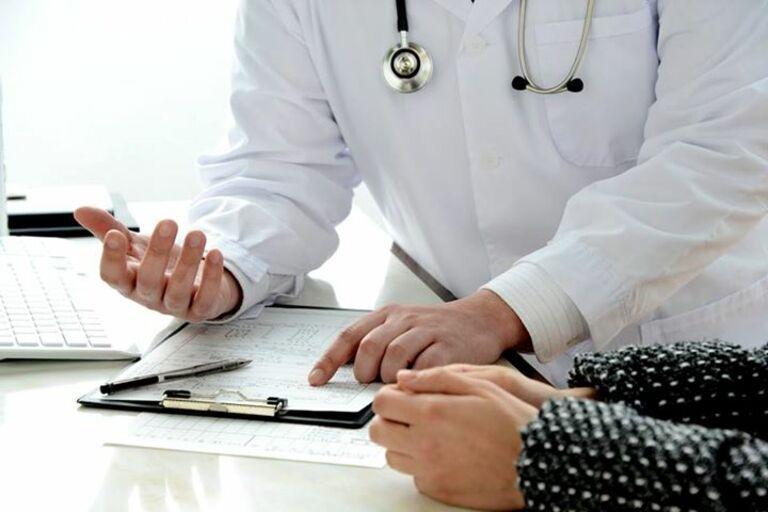 Dùng thuốc theo chỉ dẫn của bác sĩ là nguyên tắc tối quan trọng sau khi phẫu thuật thoát vị đĩa đệm.