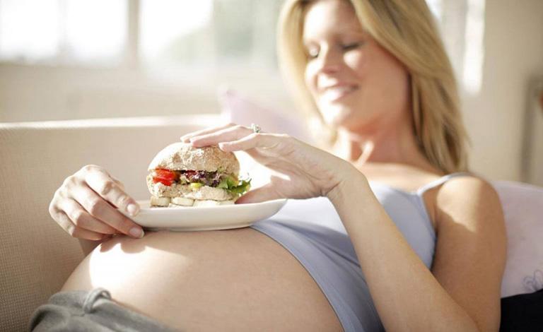 Ăn uống không lành mạnh là nguyên nhân khiến bà bầu bị đau đại tràng
