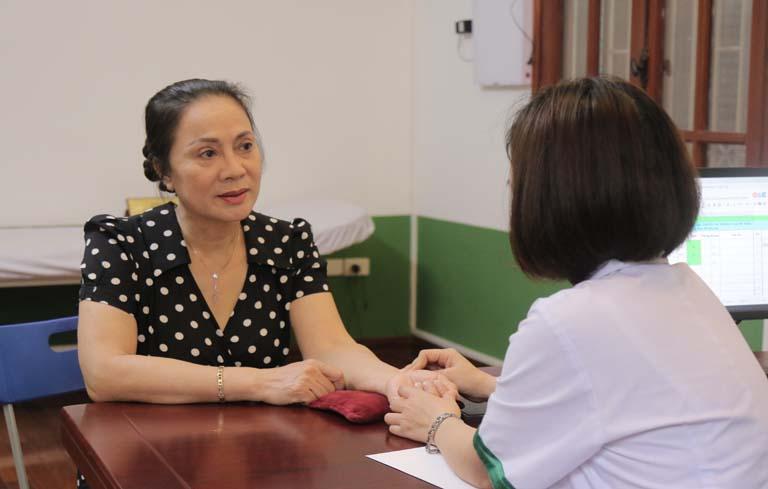 NS Hương Dung điều trị mất ngủ tại TT Thuốc dân tộc