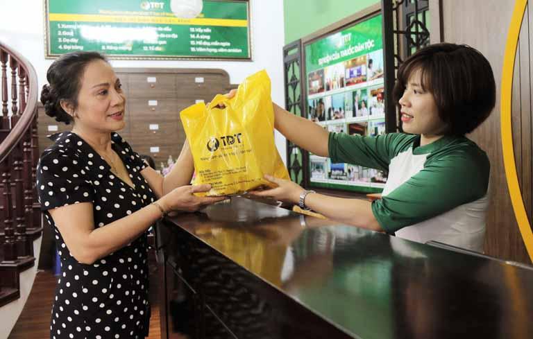 Nghệ sĩ Hương Dung lấy thuốc tại Trung tâm Thuốc dân tộc