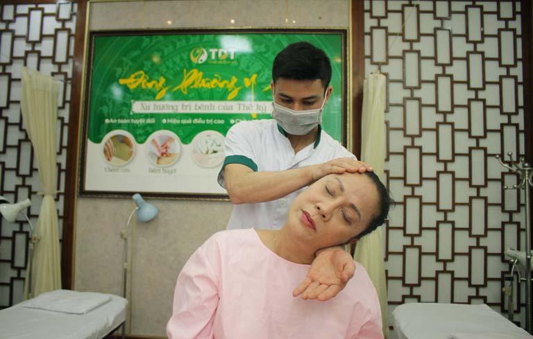 NSUT Hương Dung trị liệu mất ngủ tại Trung tâm Thuốc dân tộc