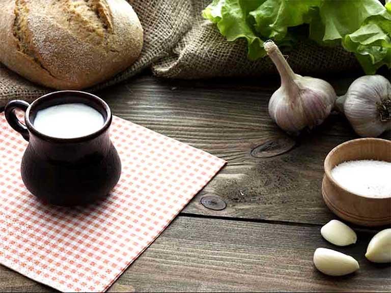 Hướng dẫn chi tiết cách làm sữa tỏi chữa bệnh đau thần kinh tọa hiệu quả