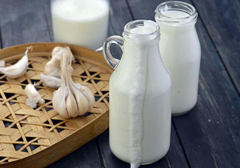 Uống sữa tỏi giúp đẩy lùi các cơn đau nhức do bệnh đau thần kinh tọa gây ra