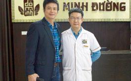 Diễn viên Lê Bá Anh chụp ảnh cùng lương y Đỗ Minh Tuấn