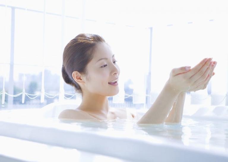 Tắm nước mát giúp làm dịu cơn ngứa ngáy và làm sạch da hiệu quả