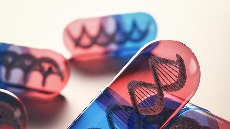 Thuốc sinh học dùng để trị bệnh viêm cột sống dính khớp có bản chất là một loại protein bị biến đổi gen. Nó ức chế hoạt động của một loại tế bào gây phản ứng viêm.