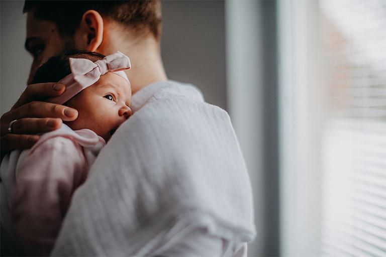 Trẻ sốt nhẹ, quấy khóc sau khi tiêm huyết thanh viêm gan B là biểu hiện phản ứng thuốc tốt, ba mẹ không nên quá lo lắng khi trẻ gặp phải