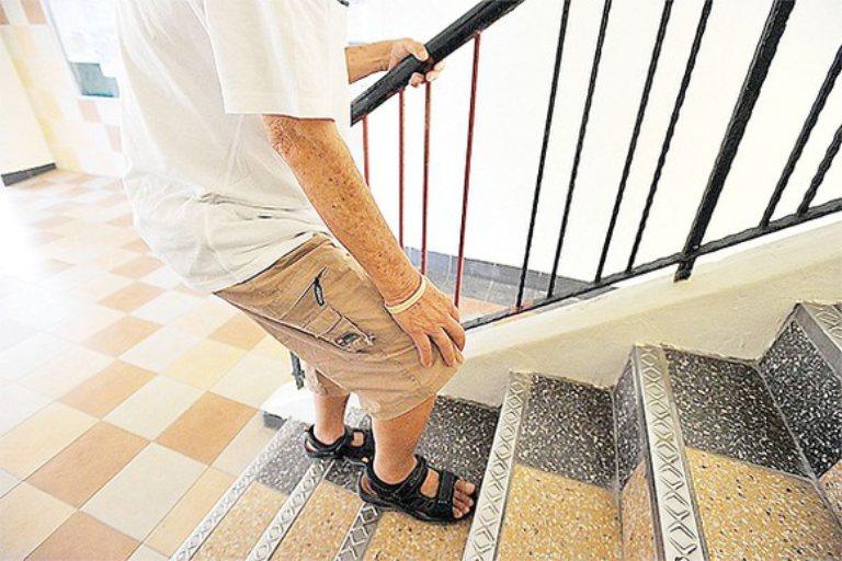 Gai khớp gối gây ra các cơn đau nhức khiến người bệnh cảm thấy khó khăn khi leo cầu thang