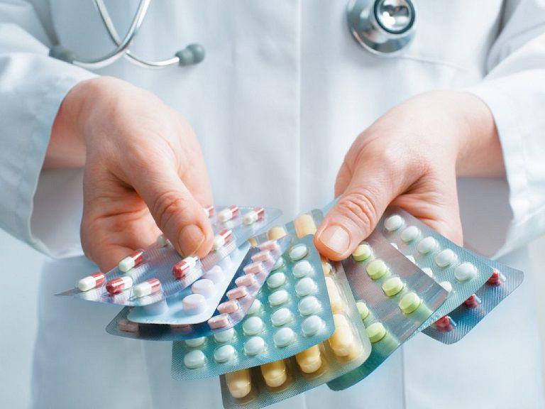 Thuốc tây y giúp giảm triệu chứng nổi mẩn đỏ dưới da nhanh chóng nhưng dễ gây tác dụng phụ