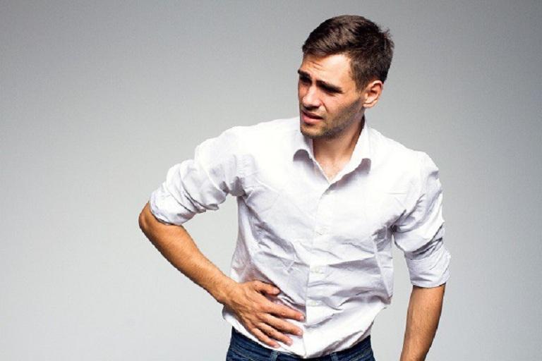 Đau bụng từng cơn là triệu chứng của giãn đại tràng ở người lớn