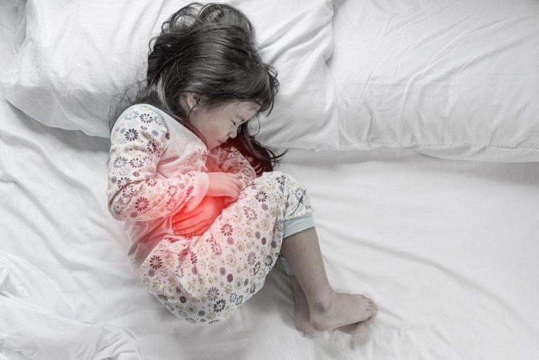Đau bụng là triệu chứng viêm đại tràng ở trẻ