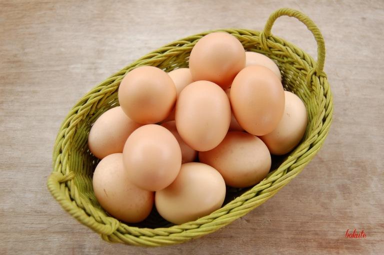 Trứng gia cầm cũng là nhóm thực phẩm người bệnh nên hạn chế sử dụng