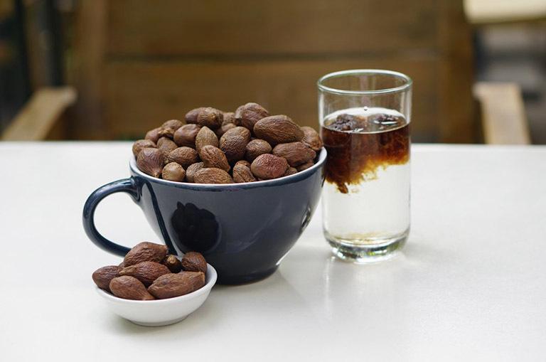 Dùng hạt đười ươi hãm với nước nóng uống như trà khá đơn giản. Nhưng để đạt được hiệu quả như mong muốn, bạn cần kiên trì sử dụng một thời gian nhất định.