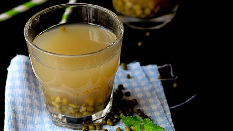 Uống nước đậu xanh rang hỗ trợ cải thiện các triệu chứng do gout gây ra