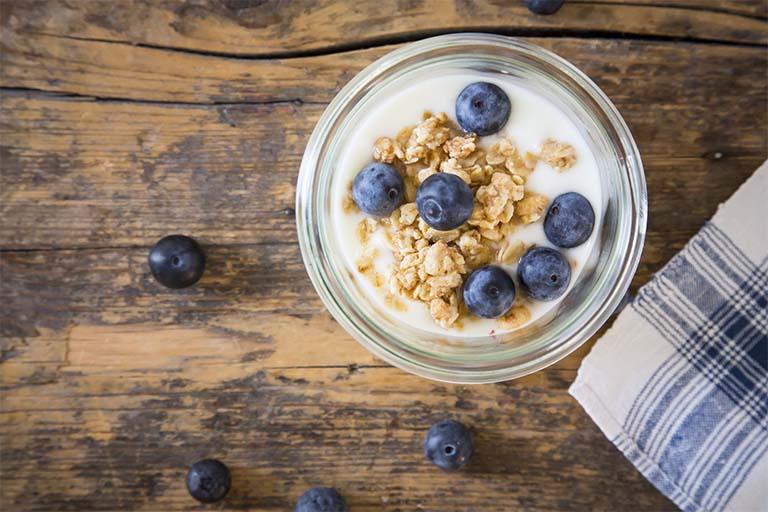 Có thể kết hợp sữa chua cùng nhiều thực phẩm khác để tăng công dụng của sữa chua trong việc cải thiện tình trạng viêm loét dạ dày