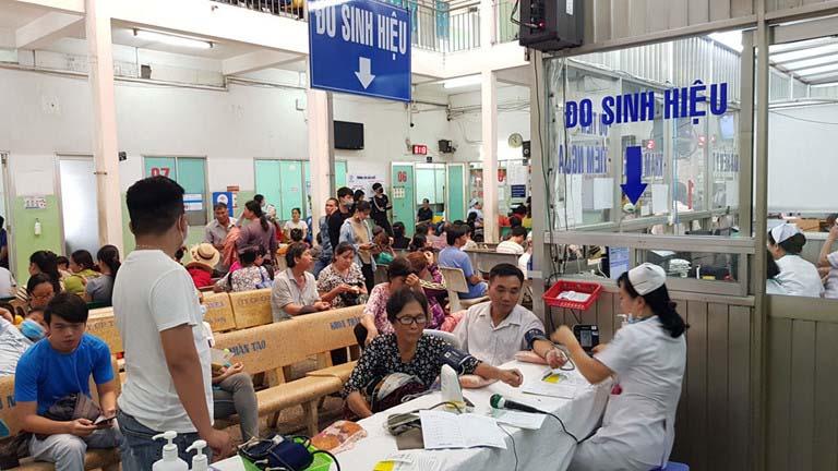 Bệnh nhân làm thủ tục xét nghiệm viêm gan B tại bàn tiếp nhận bệnh nhân bệnh viện Bệnh Nhiệt đới