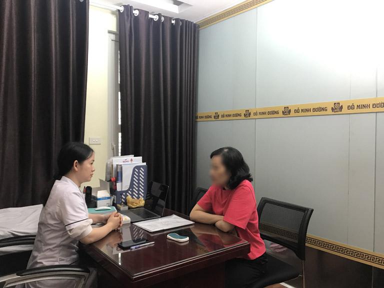 BS Ngô Thị Hằng trực tiếp thăm và tư vấn bệnh cho cô Hạnh