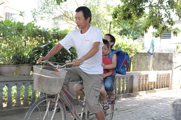 Hiện tại chú Đăng đã có thể đạp xe đưa các cháu nhỏ đi học, cuộc sống trở lại bình thường