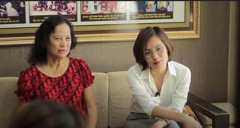 Chị Nguyễn Thị Nhàn (áo trắng) chữa phụ khoa tại nhà thuốc Đỗ Minh Đường