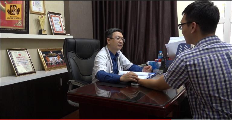 Bác sĩ Đỗ Minh Tuấn bắt mạch, khám cho anh Long