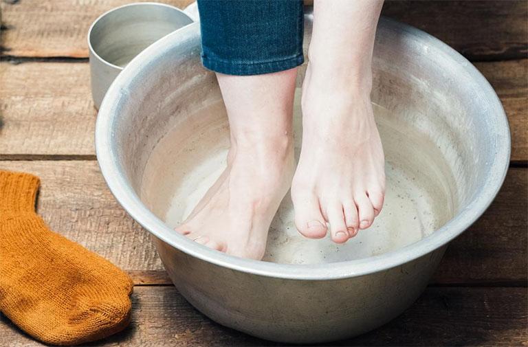Ngâm chân với nước lá tía tô vừa giúp giảm cơn đau gút hiệu quả vừa giúp thư giãn cơ thể