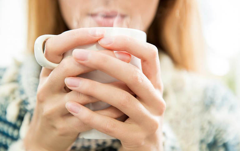 Uống nước ấm giúp giảm đau thượng vị hiệu quả