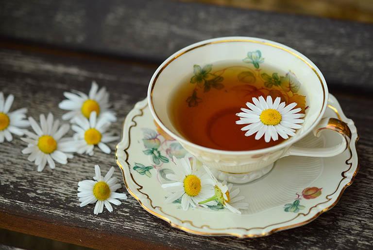 Điều trị đau thượng vị từng cơn lan ra sau lưng bằng trà hoa cúc