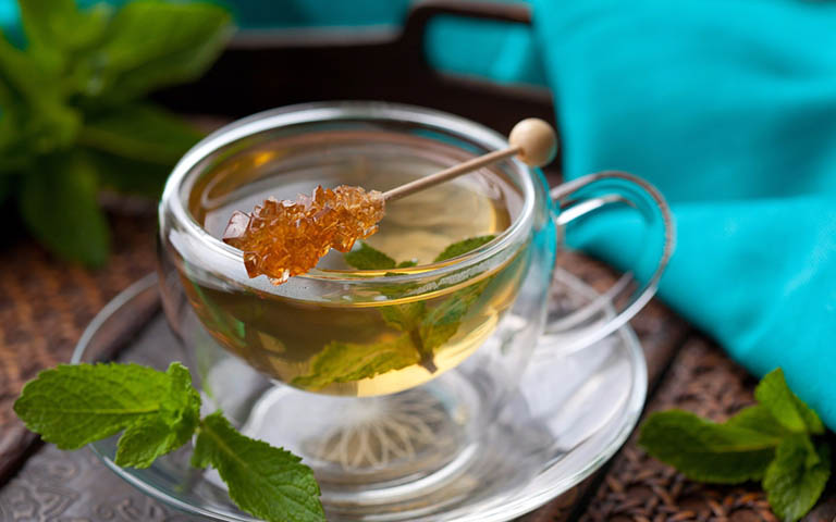 Uống trà bạc hà