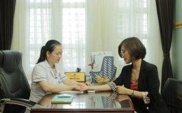 Chị Nhàn được BS Hằng thăm khám sau 1 tháng dùng thuốc Phụ Khang Đỗ Minh