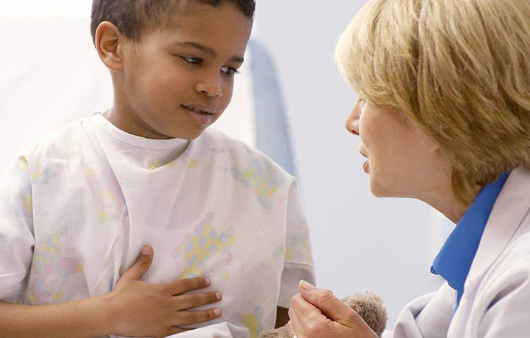 Đưa trẻ đến bệnh viện khi các triệu chứng nghiêm trọng xuất hiện