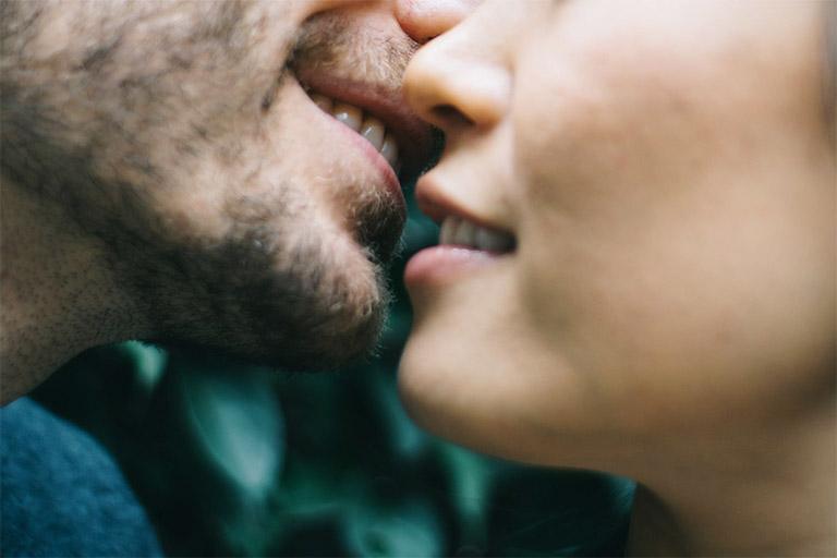 Khả năng lây nhiễm viêm gan B thông qua hành vi hôn là không thể nhưng cũng có thể xảy ra nếu khoang miệng có vết thương chảy máu