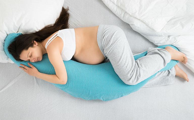 Bà bầu nên ngủ đủ giấc, ngủ đúng giờ để cải thiện sức khỏe và tránh cảm giác mệt mỏi