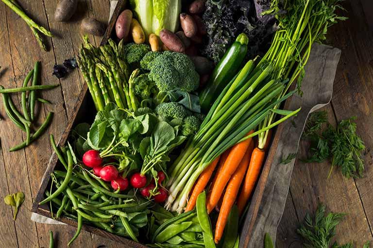 Các loại rau xanh và hoa quả tươi