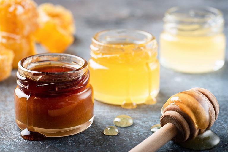 Mật ong có tác dụng cung cấp các dưỡng chất giúp dưỡng ẩm cho da đầu và mái tóc